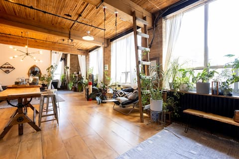 LOFT: Plant Paradise, Sunny Loft Studio Apartment!