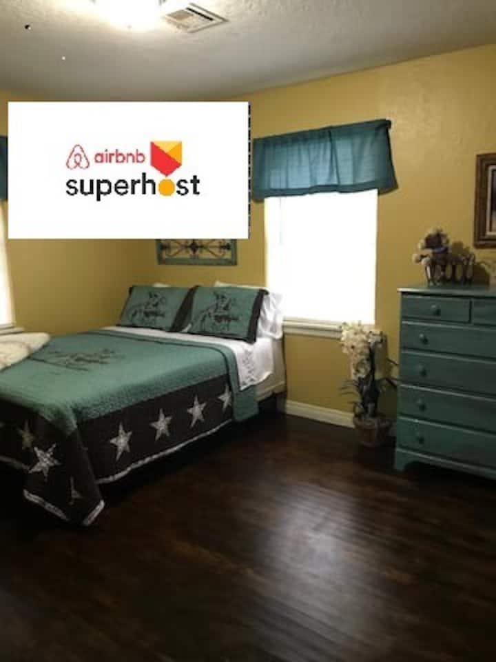 5 Bed Cowboy Home 1 mi to Post - Weekly Discount!