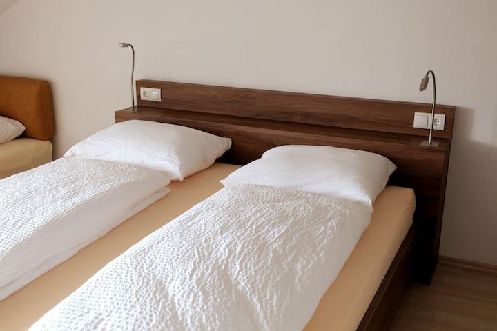 """Apartment A3 """"Kapuzinerberg"""": Erstes Schlafzimmer mit Doppelbett und 2 Sofabetten"""