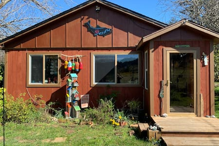 Sunny and Peaceful Cabin *discount for Autumn!