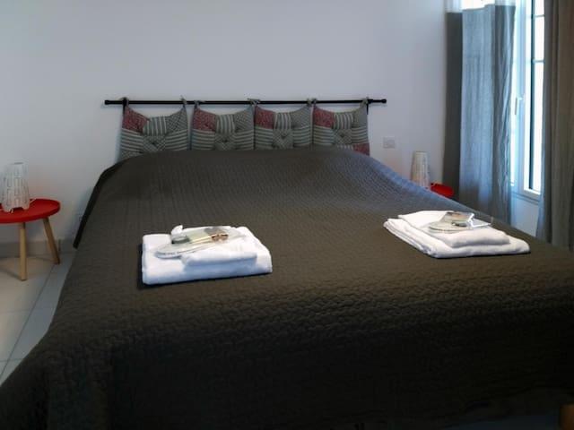 La chambre est  accessibles depuis le couloir d'entrée. La chambre bénéficie d'un grand placard.  La literie est récente et de qualité hôtelière en 160*200, avec sommiers et matelas DUVIVIER séparés et sur-matelas à mémoire de forme.