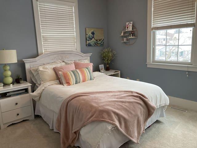 Queen bed with en suite bath
