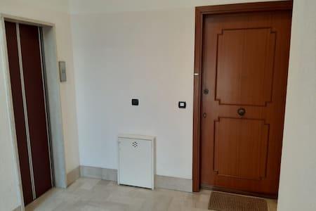 La mia porta dell alloggio vicinissima all ascensore
