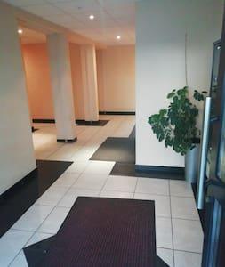 Trottoir éclairé par des lampadaires, lumière automatique devant la porte d'immeuble et dans tous les communs (entrée, escaliers, ascenseur)