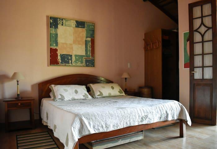 Suite 3 com cama queen,  móveis do designer Carlos Motta.