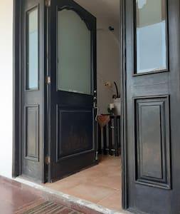 En la entrada ala casa hay un escalón pequeño y la puerta mide 1.00mt de ancho