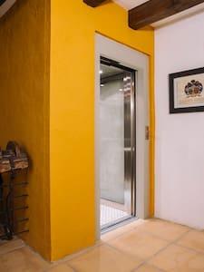 Ascensor adaptado para personas con movilidad reducida. El ascensor nos traslada a la planta superior donde se encuentran un baño totalmente adaptado y dos habitaciones espaciosas.