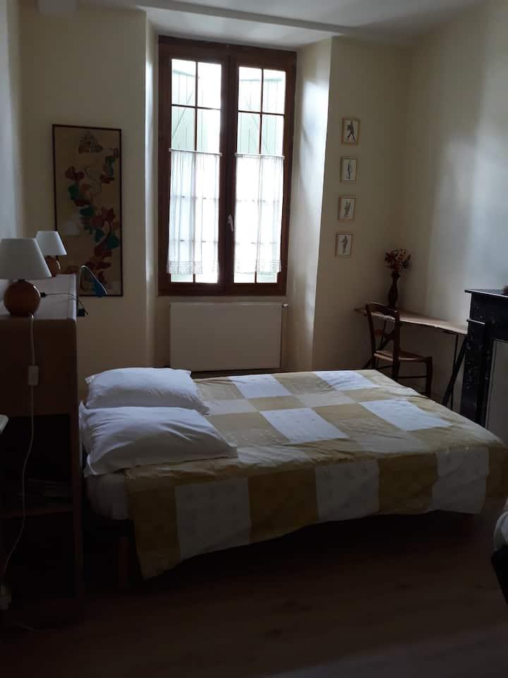 Chambre avec salle de bain privative, bien située.