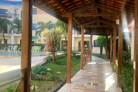 Circulação plana, com arandelas nas colunas de madeiras, proporcionando Iluminaçao adequada.