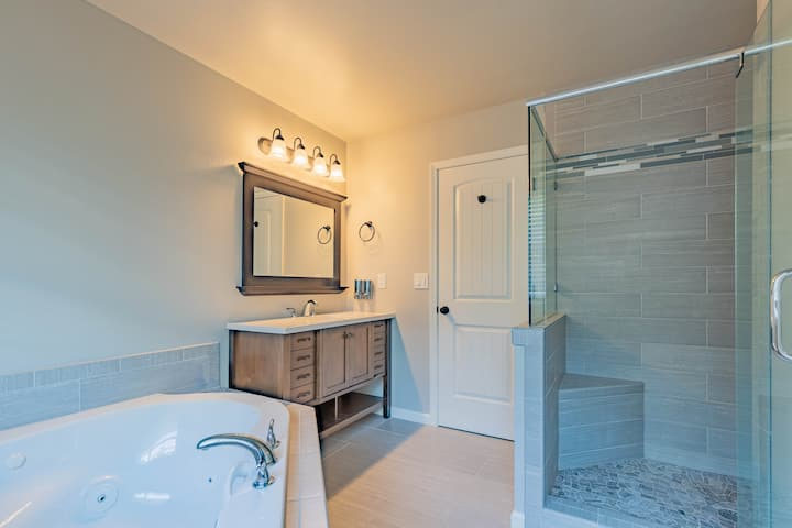 Luxury Suite w/ Jacuzzi Tub & Walk-in Rain Shower