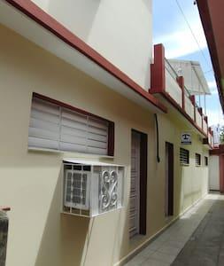 Tenemos una habitación con entrada independiente en primer nivel con escalón de 10 cm de alto.