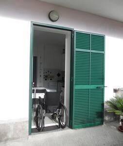 L'abitazione si trova al piano terra e ha un parcheggio privato adiacente all'ingresso, che non presenta barriere architettoniche.