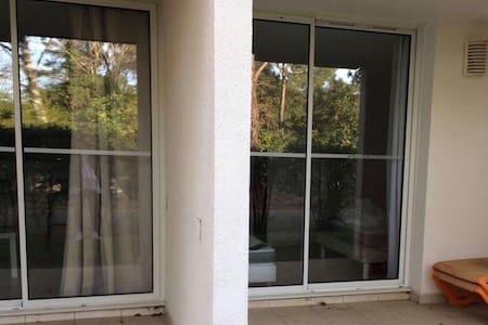 La baie vitrée de gauche est l'accès au salon/séjour cuisine La baie vitrée de droite est l'accès à la chambre directement sur le jardin à usage privatif accessible depuis le parking sans obstacle