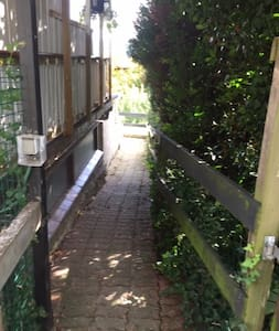 Väl belyst gångväg till ingång