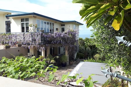 Bellevue – bush,birds,breakfast,pool AND sea-views
