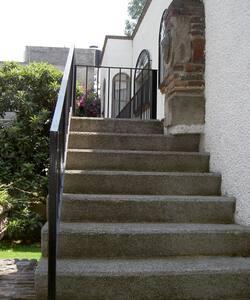 Las escaleras de acceso son amplias.