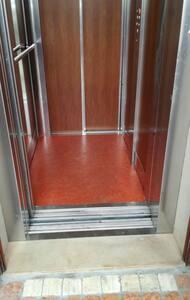 L'ingresso alla casa avviene attraverso l'ascensore, privo di barriere architettoniche