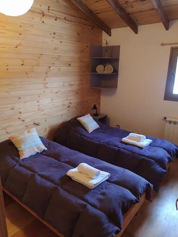Casa 2. Habitación doble. Calefacción por caldera, ventanas con vidrio doble y pisos de madera.