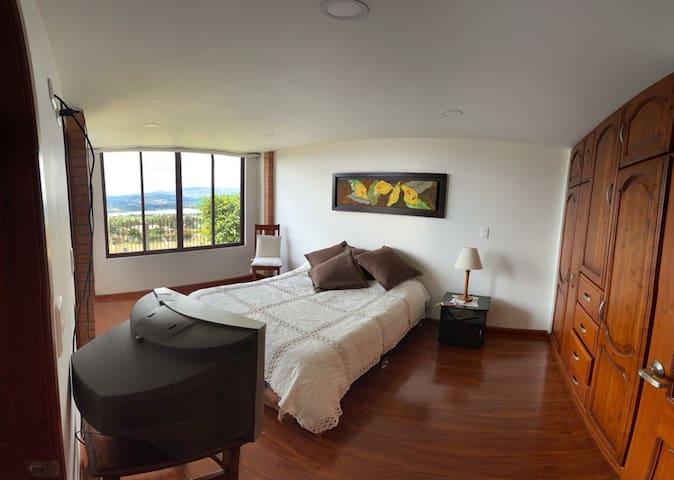 Habitacion amplia con baño privado vista al lago Sochagota