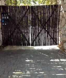 Puerta de acceso al condominio