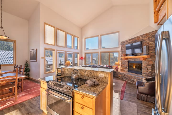 The Retreat--4BR/3 BA duplex unit in the ski area