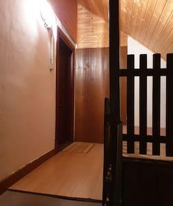 Entrée par escalier  Deux luminaires avec interrupteurs à plusieurs endroits
