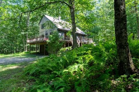 Modern Woods Retreat w Stream, 5 min Narrowsburg