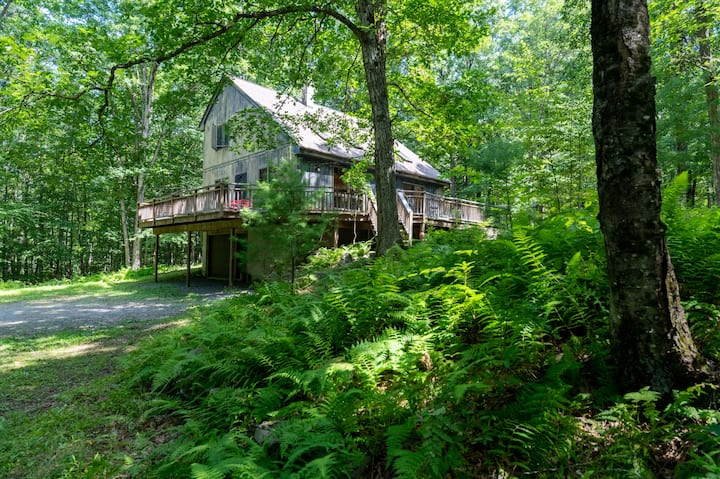 Modern Woods Retreat w Stream, 5 min Narrowsburg