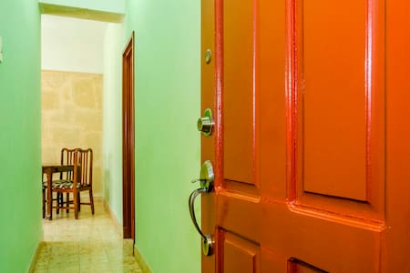 Entrance to the apartment. Entrada al Apartamento.