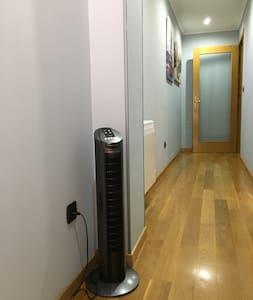 Pasillo de 105 cm, excepto en la zona de la columna con ancho de 87 cm. Es el acceso al salón. Resto del apartamento con pasillos de 105 cm.