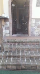 si accede solo salendo i gradini