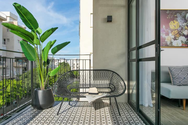 Amazing 1BR Apartment + Balcony - BEST LOCATION!