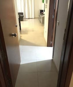 Foto desde puerta de entrada (ver foto y descripción€ en la vivienda no hay escalones. Tan solo un desnivel 3 cm para la salida a la terraza. La terraza conecta con la piscina con un escalón de 3 cm. Acceso directo con puerta de 90 cm ancho(ver foto)