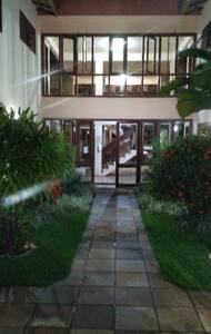 Caminho de acesso ao hall de entrada para os aptos.