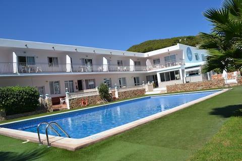 两卧室公寓俯瞰泳池