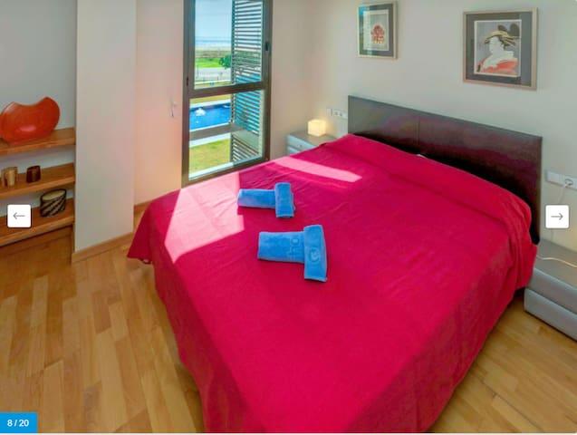 DORMITORIO 1- SUITE MATRIMONIAL:  Habitación con cama doble (cama de 1'50m x 2m), con vistas al mar, lavabo completo, tv,  muchos armarios y vistas directas al mar.