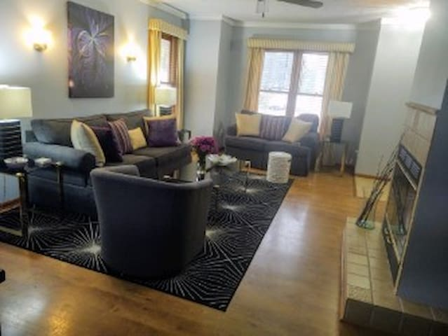 LUXURY CLEAN BEAUTIFULLY APOINTED  2 FIREPALCES  HEATED SHARED POO L WITH THREE HOMES BEHIND THE PRIVATELY SCREEND BACK YARD  WALK DOWN THE STEPS TO DOWNTOWN/ WATER   WALL MOUNT  TV, IN THE LIVING ROOOM  EXTREMLY COMFORTABLE  AIR  QUEEN SOFA BED