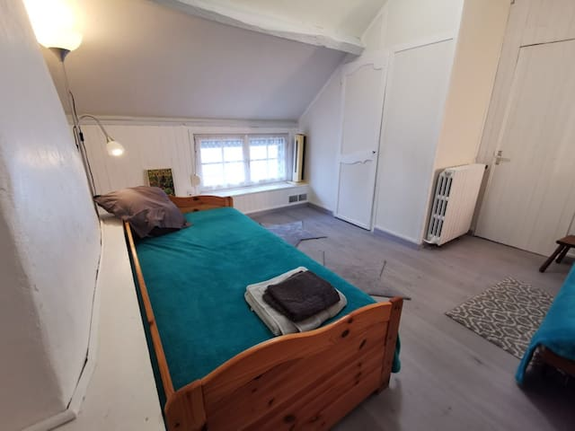 Chambre à l'étage -  2 lits simples dont un lit gigogne