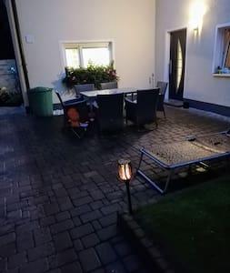 Der Bewegungsmelder für die Aussenbeleuchtung reagiert bei betreten des Grundstücks.