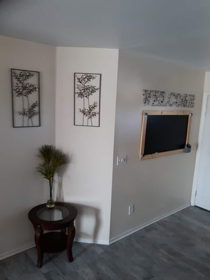 Beautifully redecorated private, spacious, 3br/2ba