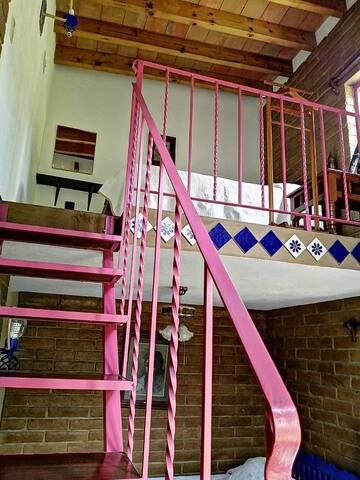 Es la escalera que  conduce al segundo nivel o tapanco.