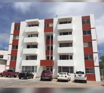 Fachada y estacionamiento del Condominio Lomas del Sur.