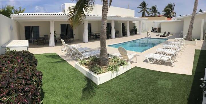 Stunning Palm Beach Suite 5min walkable to Beach