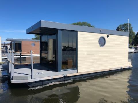 Houseboat Bugatti