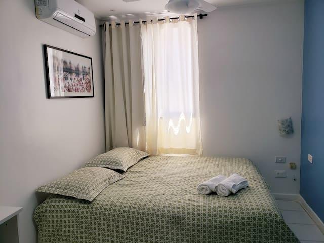 Quarto com banheiro suíte, a foto mostra uma cama box casal, neste quarto também existe uma cama solteiro com cama auxiliar embaixo dela (todos os quartos tem ar-condicionado)