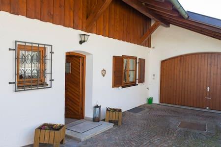 Eingangsbereich und Hofeinfahrt Ferienhaus
