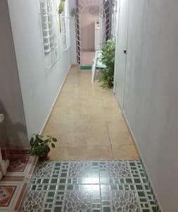 Camino a la entrada de la habitación bien iluminado.