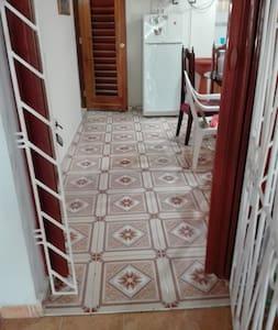 Pasillo para entrar a la habitación,con un borde ala entrada de la puerta.