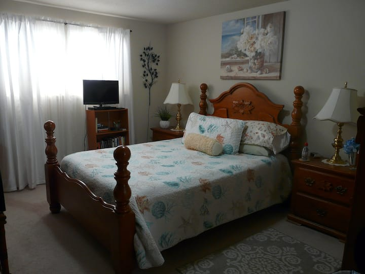 CLEAN, Safe & Comfortable Auburn Queen Bed Room