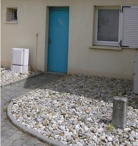 Un pas de porte pratiquement plat.